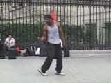 Невероятный танец уличного танцора в Париже