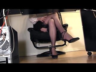 камера под столом девушки в сапожках налил холодной