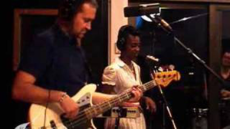 Morcheeba performing The Sea live on KCRW