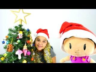 Sema ve Şila yılbaşı ağacını süslüyorlar. Kız oyuncakları.Yılbaşı kutlama oyunları