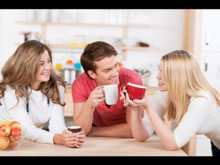 Друзья-мужчины помогают женщине наладить секс с мужем