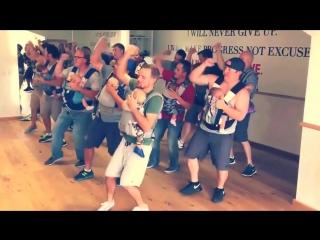 Крутые новоиспеченные папаши танцуют со своими детьми