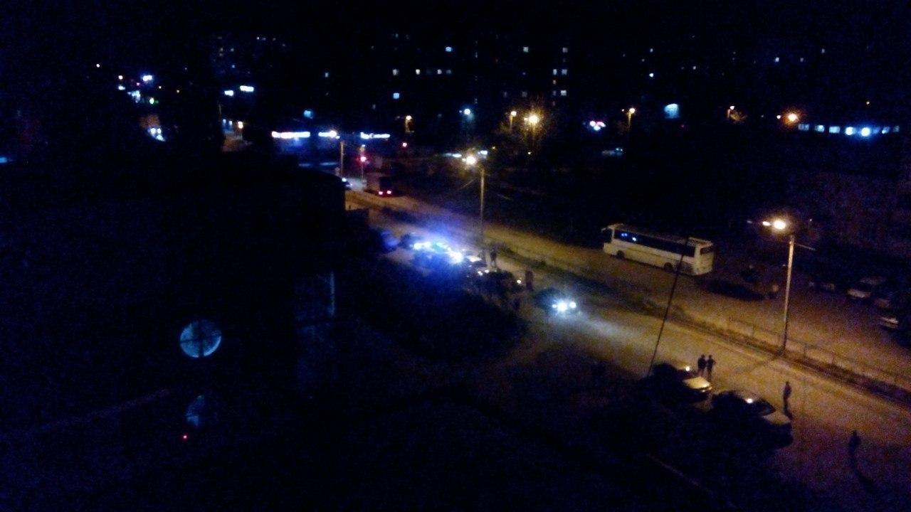 В Таганроге Honda Fit снесла железный забор и вылетела на встречку