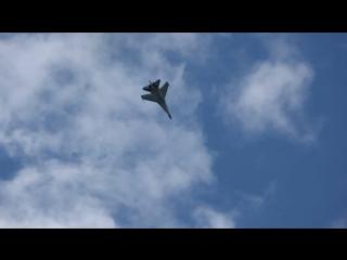 Пилот Су-35С испоняет фигуру высшего пилотажа