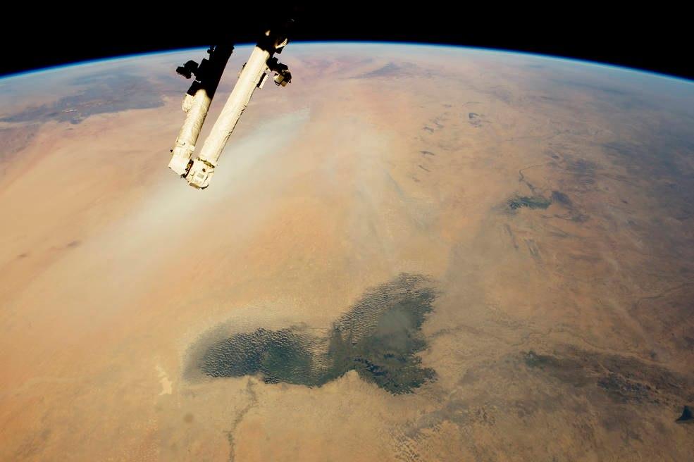 Озеро Чад и Боделе, а также видна полоса песчаной бури, в пустыне Сахара