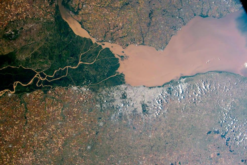 Выделяющийся дельта и зеленые болота реки Парана на Атлантическом побережье Аргентины