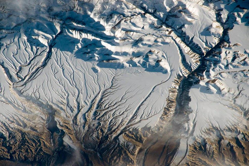 Заснеженные горы и реки, на границе Китая и Индии