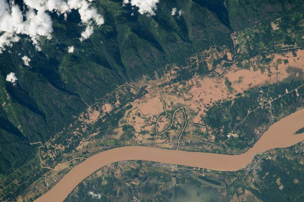 Наводнение реки Меконг, на границе Таиланда и Лаоса