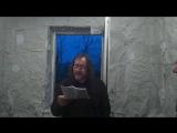 Александр Ляпин читает стихи на выставке