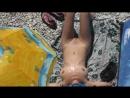 Женщина нудистка с прекрасной фигурой на диком пляже