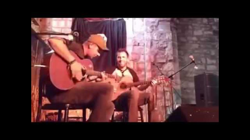 Два гитариста на сцене зажгли весь залTwo guitarists on stage lit the whole room