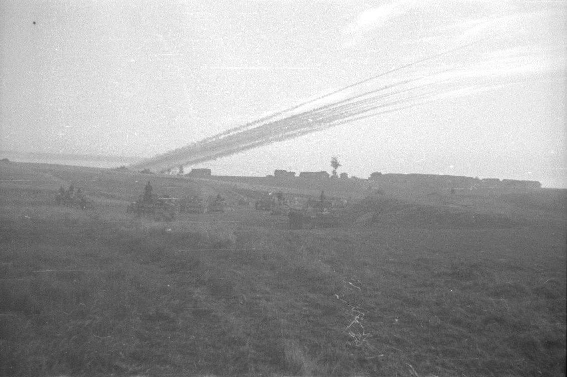 Подразделение реактивных минометов Nebelwerfer ведет огонь...