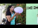 Pixel Creativo - Chica linda explotando globos con la boca