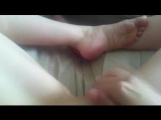 Кончила. девушка мастурбирует свою молоденькую бритую киску и получает оргазм малолетка шлюха русское частное порно домашнее гол
