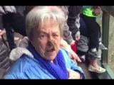 Бабушка поймала какашку от обезяны
