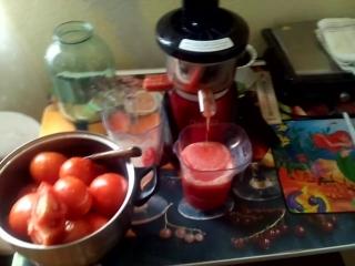 Делаю томатный сок на шнековой соковыжималке. 29.03.2017.