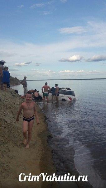 Как отдыхающие на пляже вытаскивали машину из воды