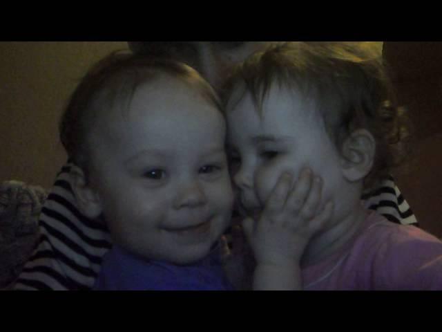 сестренки целуются у папы на руках) любовь, радость, смех, дети.