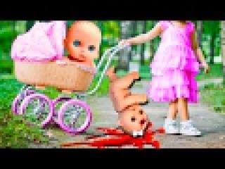 Куклы Пупсики УПАЛИ С КОЛЯСКИ! ПРОГУЛКА В КОЛЯСКЕ в парке. Доктор делает укол Сбо...