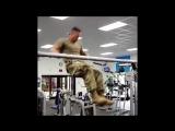 Американский солдат зашел в спортивный зал_HD