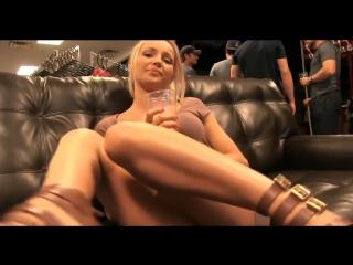 Public blonde staci carr блондинка экзгибиционистка на вечеринке и стриптиз