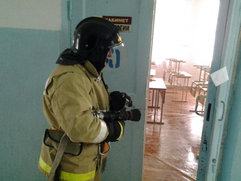 В школах Зеленчукского района сотрудники МЧС проводят пожарно-тактические занятия