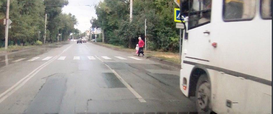 В Таганроге водитель автобуса №11 чуть не сбил бабушку с ребенком на пешеходном переходе. ВИДЕО