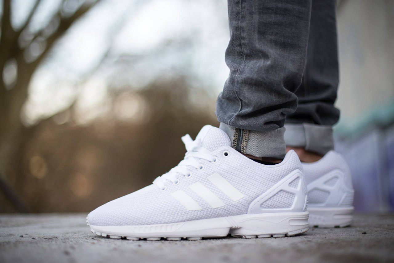 белые кроссовки Адидас