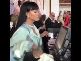 Рианна рассчитывает посетителей в pop-up магазине Fenty x Puma