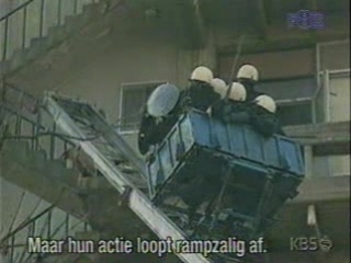Пожарная бригада свалилась с вагонетки на пожаре.Avi