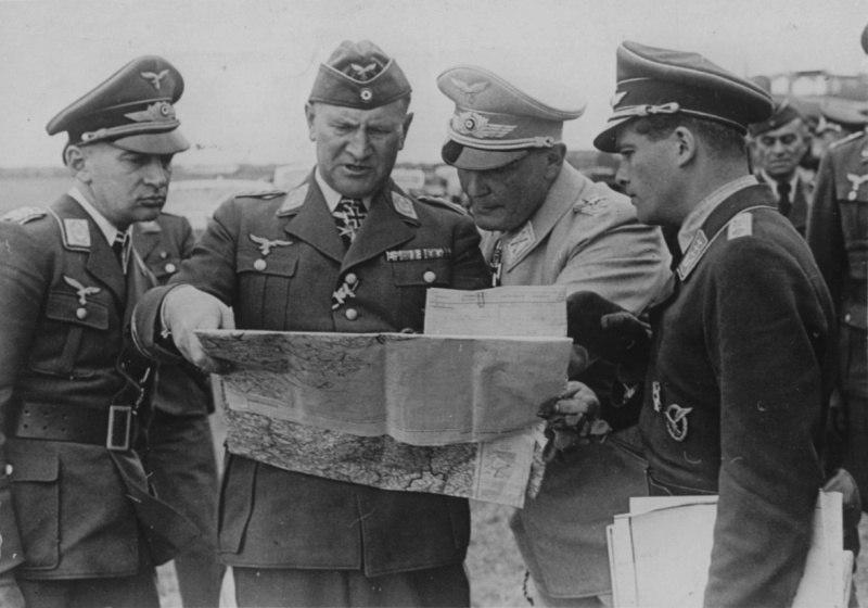 Рейхсмаршал Герман Геринг, генерал-лейтенант люфтваффе Бруно Лерцер (Bruno Loerzer) и начальник Генерального штаба люфтваффе генерал авиации Ганс Ешоннек (Hans Jeschonnek) изучают карту в период Битвы за Британию.
