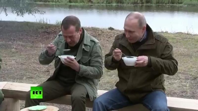 Медведев У меня ни одного куска рыбы в ухе нету Похоже мы не заработали Путин Надо было невод тянуть
