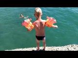Пятилетний ребёнок ныряет в море с волнореза. Как правильно нырять. Отдых на море с детьми.
