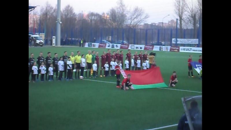 Сын разам з іншымі дзецьмі выводзіць футбалістаў на поле