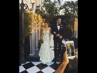 Жених и невеста танцуют..