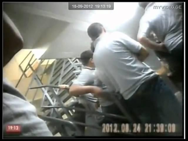 ბადრაგი პატიმრებს აწამებს