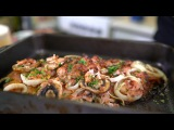 Ребра в сетке из бекона с луком и грибами