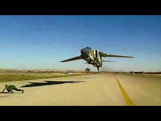 Боевые самолеты пролетают низко над землей