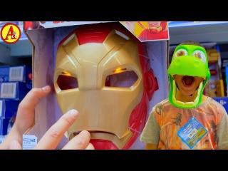 В детском магазине Игрушек Мини герои выбирают себе Маски Супер Героев