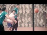 Волейболисты играют в баскетбол