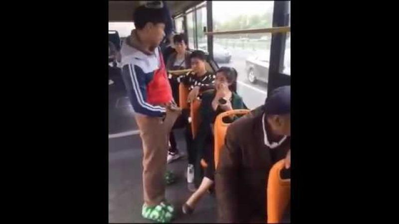 Видео как в автобусе лапают девушек нами
