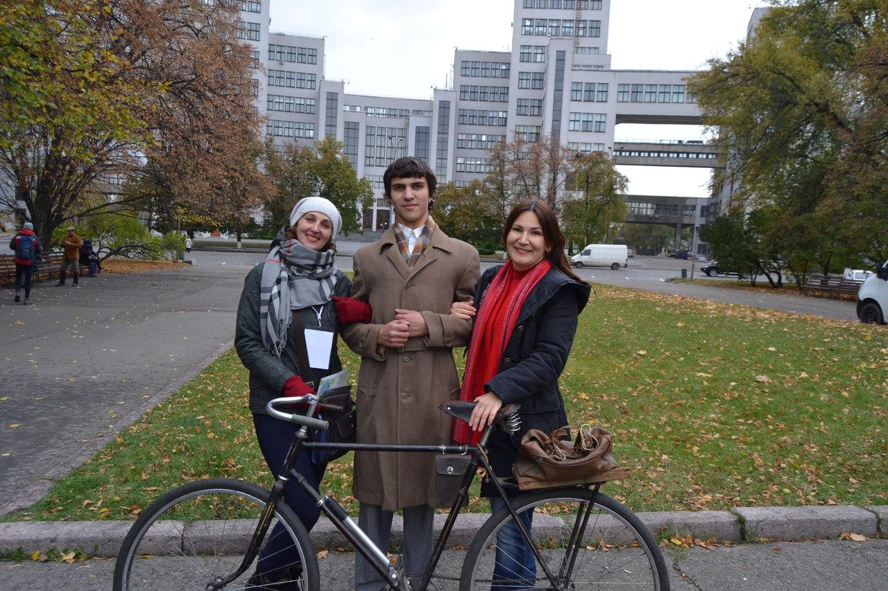 По Харкову їздили велосипедисти в ретро-костюмах - фото 5