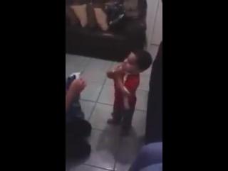 Criança veste a camisa do rival e chora