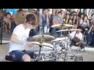 Невероятно!!! На самом деле удивительно, как эта девушка играет на барабанах - Мастерство впечатляет