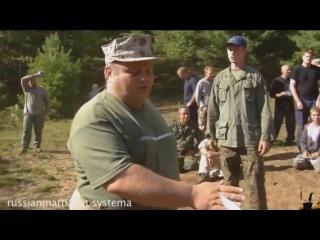 Русский спецназовец, полковник Михаил Рябко, показывает американцем как надо об...