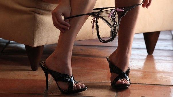 смущенные трусики на ногах фото - 6