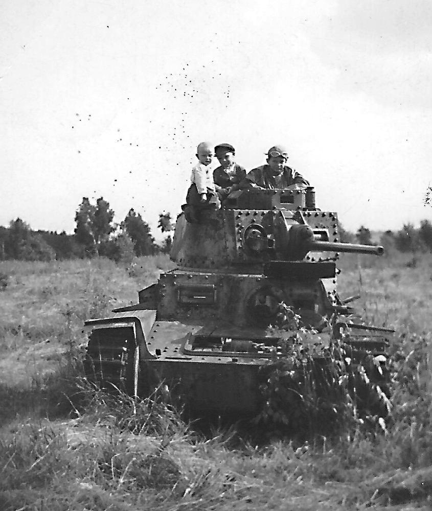 Бывший Pz.Kpfw.38(t) в районе Штитина, восток Чехии, 1947 год.