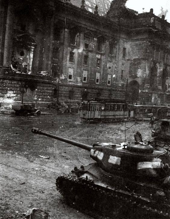 ИС-2 у здания Рейхсканцелярии, май 1945 года.