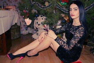 Как удовлетворить себя в бане когда ты одна в анал, красивая брюнетка в сексуальном новогоднем костюме у наряженной елки фото