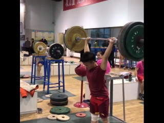 Юнош тяжелоатлет из Китая